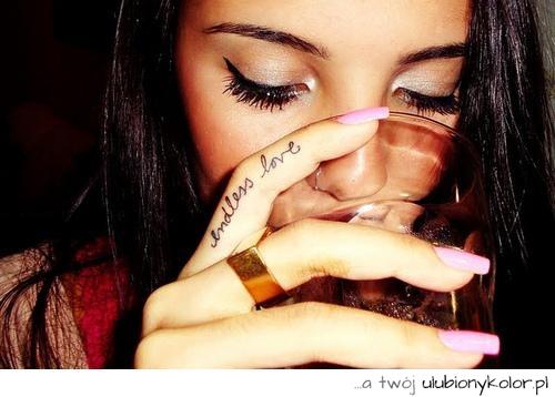 Obrazek Tatuaż Napis Motyw Dziewczyna Na Palcu
